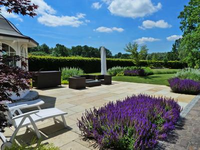 Terrasse mit Blütenflor, (c) Zenz Gärten