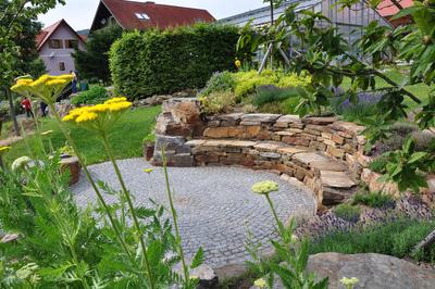 Feuerplatz mit Sitzmauer, (c) Zenz Gärten