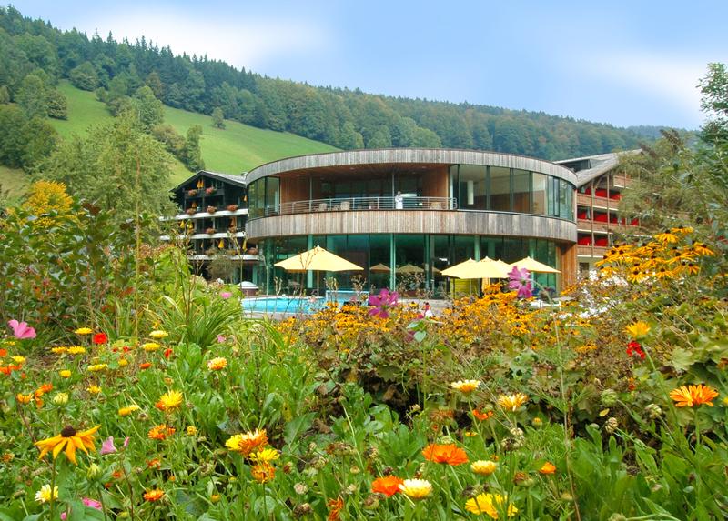 Badehaus mit Gartenpool und Blumenwiese