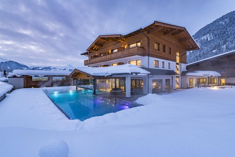 Außenpool des Naturhotel Kitzspitz in der winterlichen Dämmerung