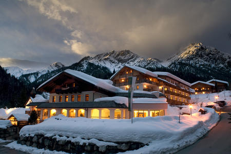 Almwellness Resort im Winter