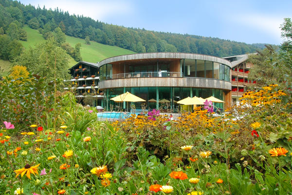 Außenansicht des Badehauses im Sommer im Gesundhotel Bad Reuthe