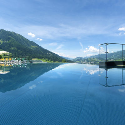 Alpinas Rooftop Pool im Sommer