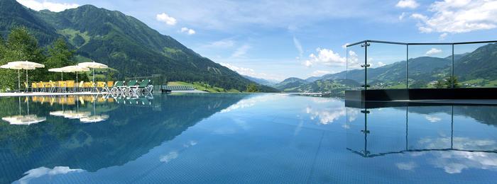 Alpinas Rooftop Pool im Sommer