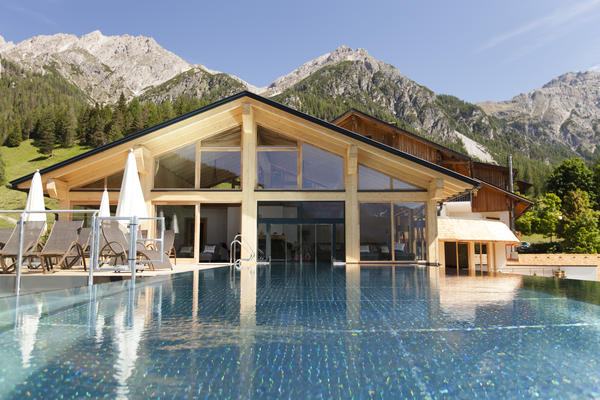 Sky Infinity Pool vor den Dolimiten im Almwellness Resort Tuffbad
